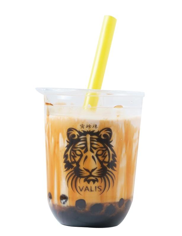 「寅珍珠(とらタピオカ) 黒糖ミルクティー」(690円) / CAFE&BAR VALIS(バリーズ)