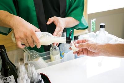 試飲コーナーは甘酒、焼酎、日本酒、梅酒など20種ほどを用意する / 麹の杜