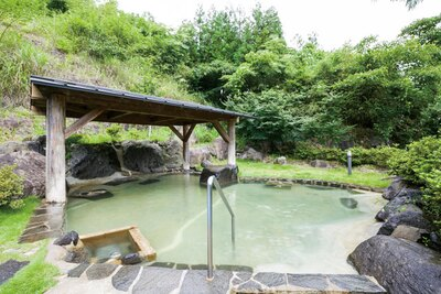 女性用大浴場の露天は緑豊かな景観に癒される / 臼杵 湯の里
