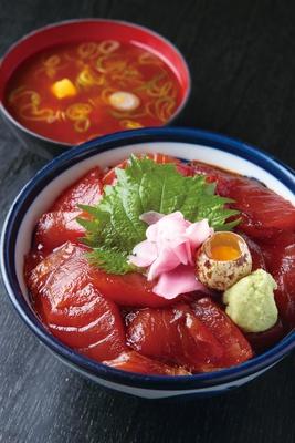 【写真を見る】甘味のあるタレが特徴の「漬け丼」(830円) /「仙石(せんごく)すし」(名古屋市中村区)