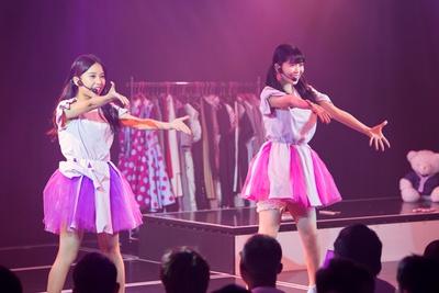 『ジッパー』を歌う山尾梨奈(左)・安田桃寧(右)