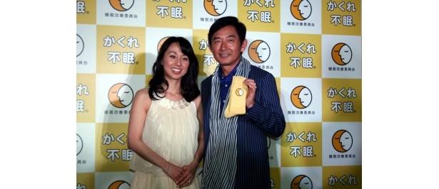 「睡眠改善委員会」発足記者発表会に登場した(写真左から)東尾理子、石田純一