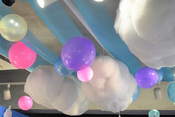 雲の上で生まれたシナモンらしさあふれる、空のような装飾が見受けられる店内。