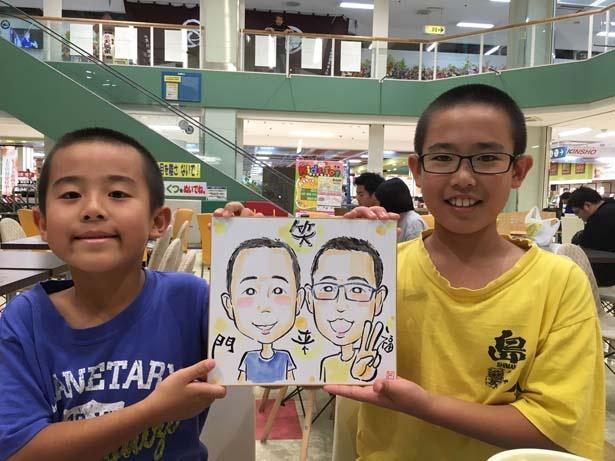 ミニサイズの色紙に、一人10分程度で似顔絵を描く似顔絵ブースやうちわづくりブースなど、アート体験コーナーも