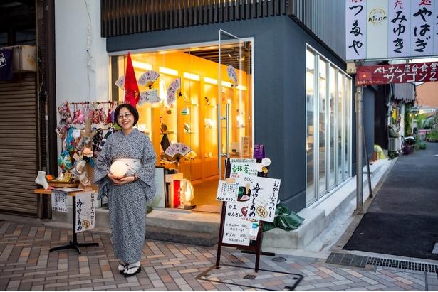 自ら作った着物を着て接客する店長の小川昌代さん。帯は円頓寺商店街の「ヲジマヤ」で購入することが多いという