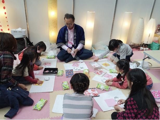 伝統工芸を体験できるプログラムを不定期で実施。子供を対象にしたコースのほか、将来職人として仕事をしたい人に向けた弟子入りコースがある