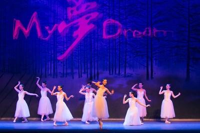 【写真を見る】9人のバレリーナによる演舞「私の夢」 / 夏休みスペシャル アジア交流企画 中国芸術団
