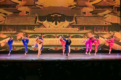 中国の古典芸術の要素を取り入れた衣装や音楽とともに、妖艶だけではなく、アクロバティックなパフォーマンスを展開 / 夏休みスペシャル アジア交流企画 中国芸術団