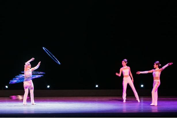 柔軟な体使いを見せる「フラフープの芸」 / 夏休みスペシャル アジア交流企画 中国芸術団