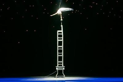 圧巻のバランス感覚と力強さを見せた「高椅子の芸」 / 夏休みスペシャル アジア交流企画 中国芸術団