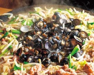 """ホルモンと野菜を国産シジミで炊き上げる""""炊き肉""""でスタミナ満点!「しじみ炊き肉 くにき」"""