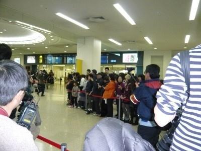 【画像】マスコミ・ファンが大挙した空港到着時の様子を一気見!