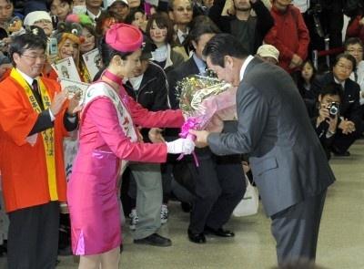 名護で行なわれている「さくら祭り」、さくらの女王に選ばれた金城さんより花束贈呈