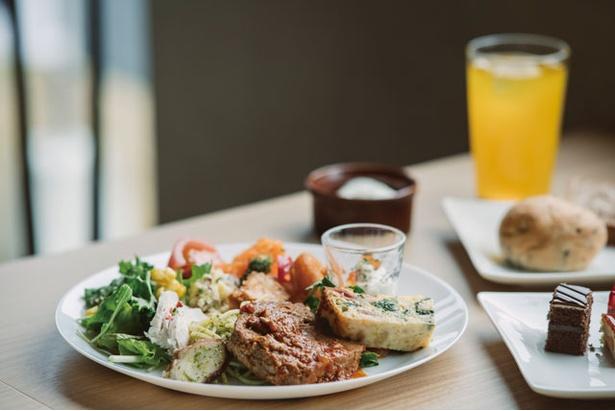 【写真を見る】「旬菜ビュッフェ Aso-ra」では旬の料理が約50種類並ぶ(土・日曜、祝日 中学生以上1800円) / 南阿蘇ホリデーパーク