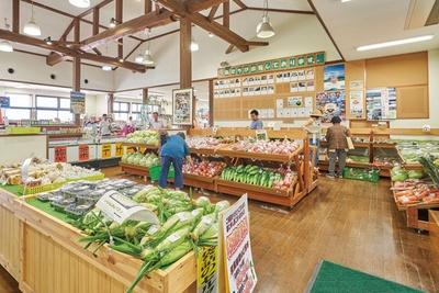 物産館には旬のトマトなどが並ぶ / 道の駅 あそ望の郷くぎの