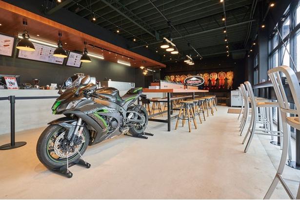 最新モデルのオートバイに、バイカーならずとも目を奪われる / KUSHITANI CAFE 阿蘇店