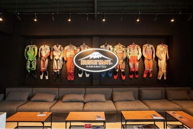 名ライダーが使ったレザースーツを展示 / KUSHITANI CAFE 阿蘇店