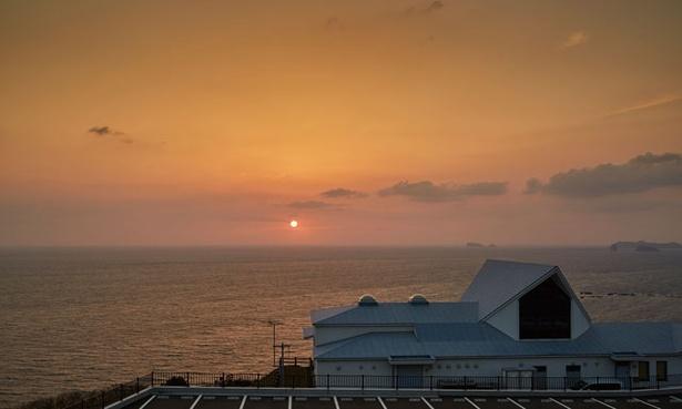 雄大な角力灘(すもうなだ)に沈む夕日を眺められる絶好のロケーション / 道の駅 夕陽が丘そとめ