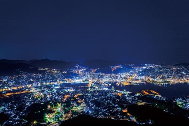 【写真を見る】長崎市街地や長崎港など、360度の大パノラマが一望できる。世界新三大夜景にうっとり / 稲佐山