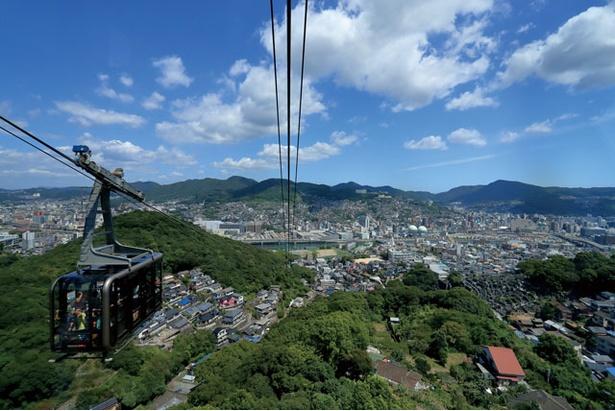 視界が開けたガラス張りのゴンドラに乗り、約5分間の空中遊覧で山頂の稲佐岳駅に到着 / 稲佐山