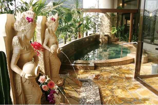 オリエンタルな雰囲気が漂うバリ風の露天風呂 / 稲佐山 ホテル アマンディ