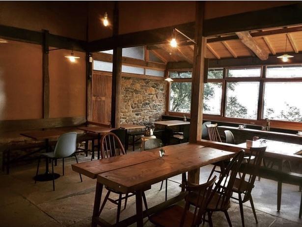 セルフリノベーションした古民家ならではの落ち着いた店内 / Café OZIMOC
