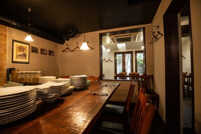 廃材を利用して製作されたテーブルが置かれるなど、店全体に統一感がある