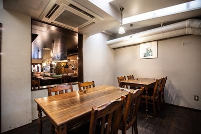 立ち飲みスペースだけでなくテーブル席も用意。用途に合わせて使い分けられる