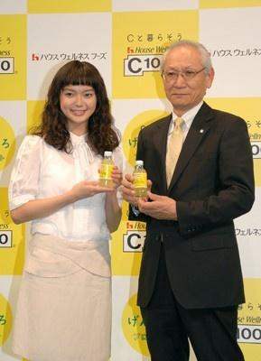 ハウスウェルネスフーズ代表取締役社長の菊池敏朗さんと多部さん