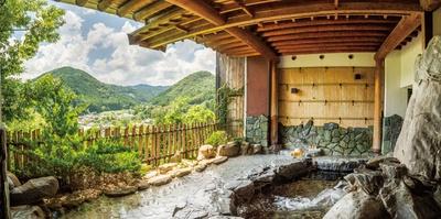 【写真を見る】景観のいい岩造りの露天は男女入れ替え制 / 旅館 杉乃家