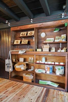 雑貨は自然素材のものを中心にそろえる / 古湯マーケット望屋 mochiya