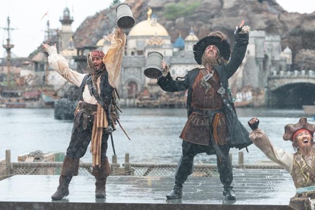 """【写真を見る】キャプテン・ジャック・スパロウをはじめとした海賊たちと、びしょ濡れになって大盛り上がり!「パイレーツ・サマーバトル""""ゲット・ウェット!""""」"""