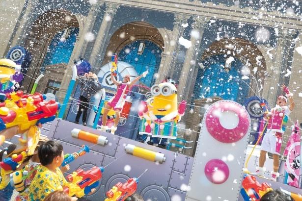 雪や水を浴びながら、ミニオンたちと一緒にクールダウン!