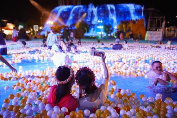 南国リゾートをイメージした屋外エリア「ガーデンプール オアシス」。夜は幻想的なナイトプールに