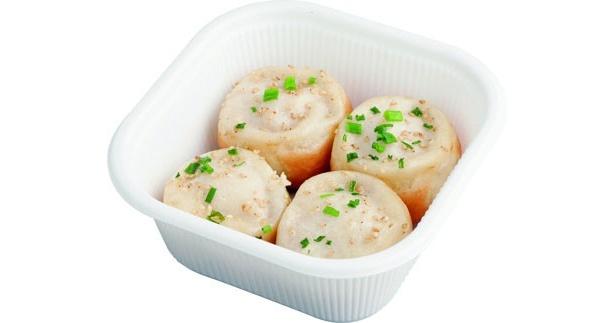中華街で大ブームの生煎包。そのままかぶりつくと熱いスープが飛び出すので、一旦皮を開いて、容器に少量のスープを移してから食べるのがコツ