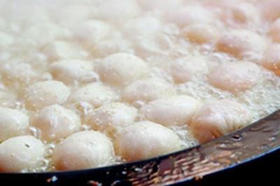 鉄板で一気に蒸し焼きされる生煎包。想像以上に熱いスープがあふれ出すので注意しよう