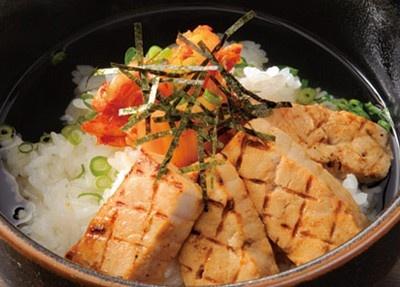 「ニューヨーク」(愛知県一宮市)では、「マグロ炙りキムチ」(980円)などの豪華茶漬けも人気!