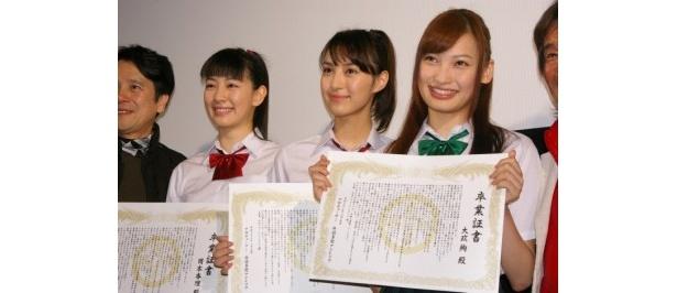 サプライズ卒業式に涙を流したケータイ3姉妹