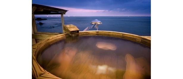 「九絵亭」に隣接する「ホテルシーモア」の梅樽温泉「望郷の湯」は、夕暮れ時の景色も人気だ