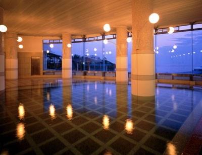 大浴場「観海」は、全面ガラス張りの大浴場で、太平洋を一望できる