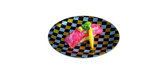 「熊野牛」(525円 )は、和歌山県が誇るブランド牛のにぎり。『マグロにもトロにも負けないトロトロ感』と定評あり!
