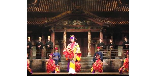 真鶴の兄・嗣勇を演じる福士誠治らが踊っている宴のシーン