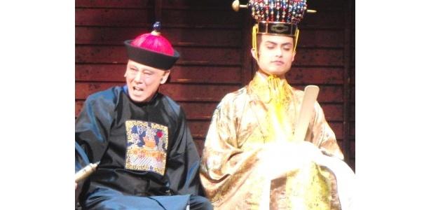 清の宦官・徐丁垓(じょていがい)役・西岡徳馬、尚泰王役・伊阪達也(写真左から)