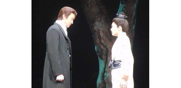 真鶴のところへ、浅倉が洋服姿で登場。2人が愛を誓う