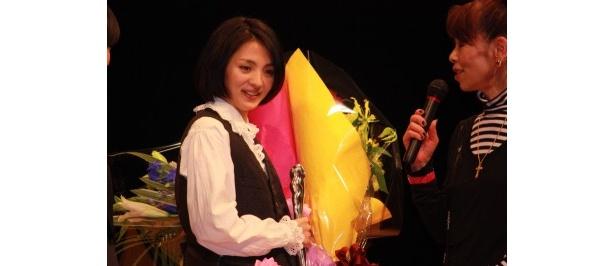 【写真をもっと見る】『川の底からこんにちは』『カケラ』で主演女優賞を受賞した満島ひかりも満面の笑顔で挨拶