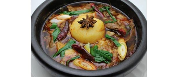 青龍門で実施中のコラボメニュー「カムジャクク 薬膳入り 牛すじとジャガイモの煮込み」