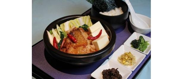 ピリッとコクのあるキムチがたっぷり入った「鶏と豆腐のチゲ」