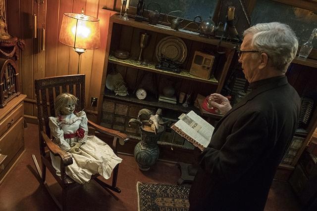 『死霊館』でアナベル人形はお祓いされ、ウォーレン夫妻宅の地下に封印されたはずだったが…