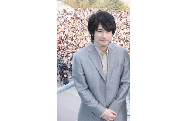 【写真】「イオンモール宮崎」の駐車場に集まったファン11,000名をバックに