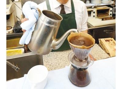 オーダーごとに、カウンターで手際よくコーヒーを抽出。ひきたてのコーヒーの香りにホッと癒される / 加藤珈琲店